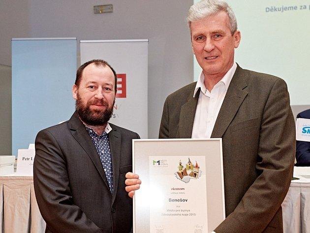 Místostarosta Benešova Jiří Švadlena (vpravo) při přebírání ceny Město pro byznys 2015.