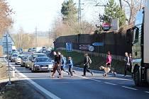 Přejít silnici E55 u Benešova je nebezpečné. Jak dlouho to ještě bude platit?