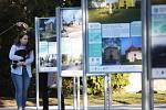 Venkovní výstava Má vlast cestami proměn, která ukazuje zdařilé oživování zanedbaných míst v České republice.