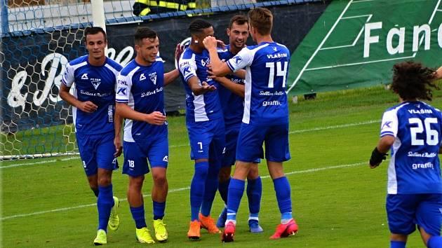 Fotbalisté Vlašimi se radují z gólu, ilustrační fotografie.