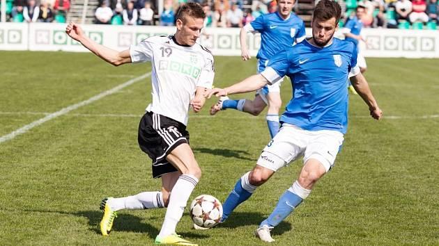 Vlašimský Jakub Štochl (v modrém) v souboji o míč s karvinským Václavem Juřenou.