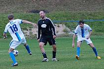 Votičtí hráči (Karel Pohan č. 18 a Michal Dušátko) si Pavla Drska velmi všímali, přesto dal gól a byl největším nebezpečím Černolic.