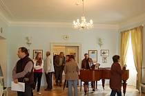 Návštěvníci v Modrém salonu, část s klavírem Josefa Suka.