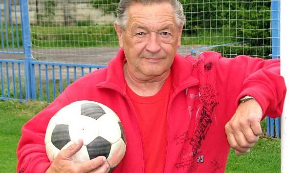 Fotbalista Třebichovic Jan Abrham oslavil už pětasedmdesátku, přesto ještě skóroval v dresu Nova Kladno. Teď se s kariérou prý nadobro rozloučí.