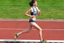 Leona Skleničková na trati 1500 metrů.