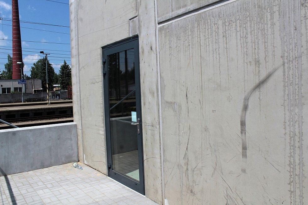 Projevy vandalismu v parkovacím domu v Nádraží ulici v Benešově.