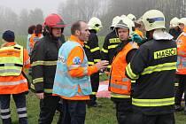 Složky Integrovaného záchranného systému v pátek 5. května nacvičovaly u Bořeňovic na Benešovsku záchranu zraněných z havarovaného autobusu.