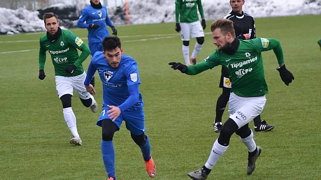 Vlašimský Rudolf Reiter (v modrém) uniká stoperovi Jablonce Vítu Benešovi.