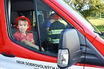 Ze slavnostního představení nového hasičského automobilu Sboru dobrovolných hasičů Ješetice.