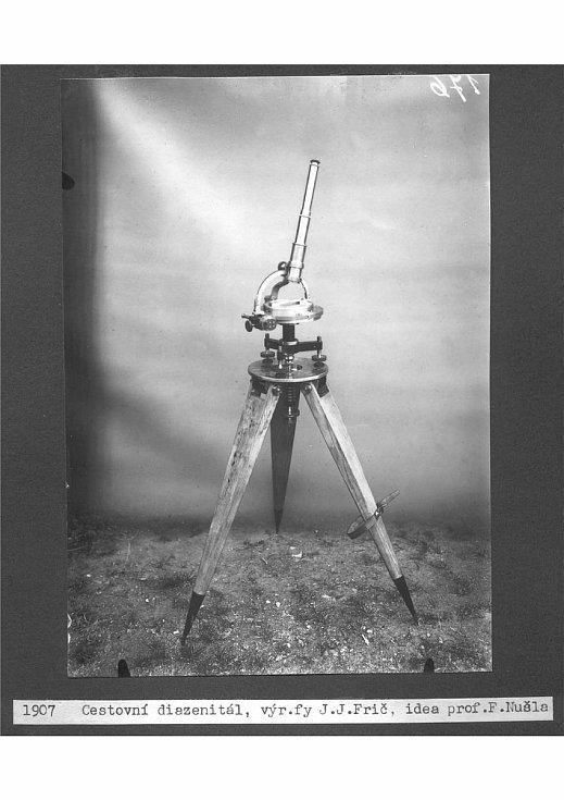 Diazenitál vyrobený Josefem Janem Fričem. Přístroj sloužil k určování průchodu hvězd.