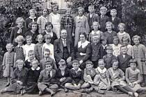 Fotografie dětí ze školy v Tismi v roce 1936.