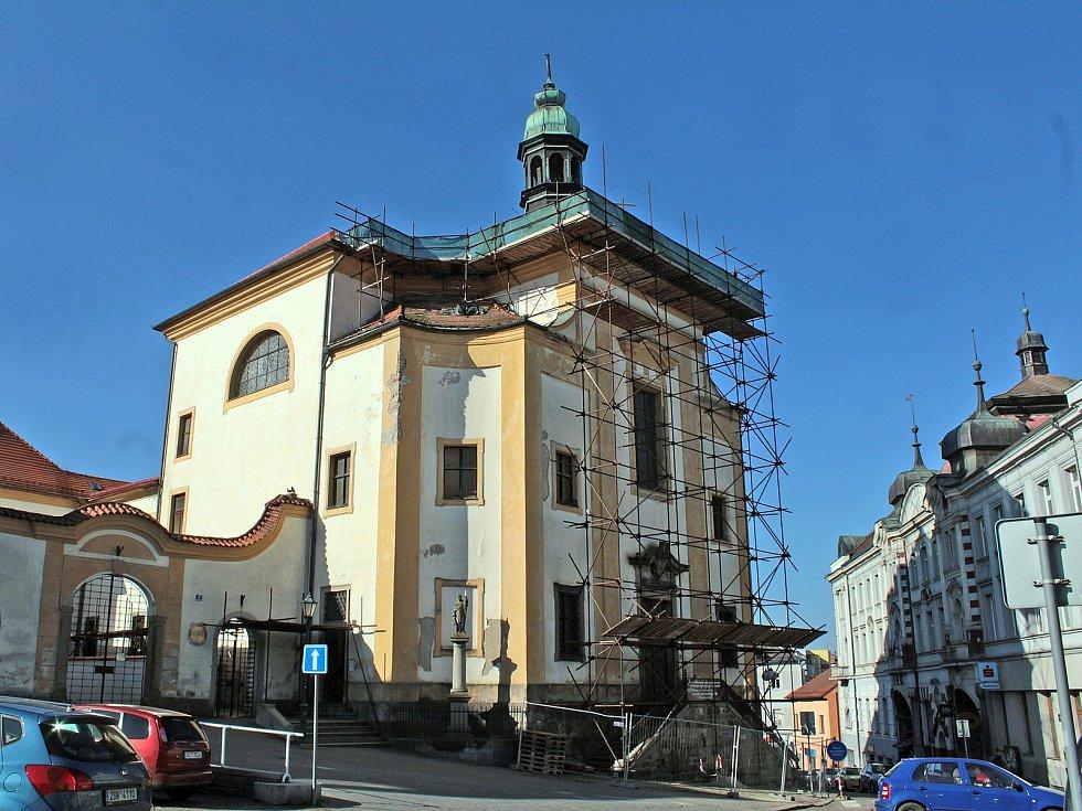 Oprava střechy kostela sv. Anny na benešovském Masarykově náměstí.