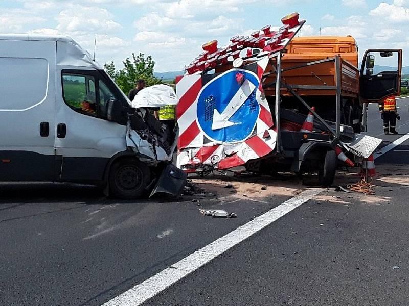 Dopravní nehoda dodávky a vozidla údržby silničářů na dálnici. Ilustrační foto.
