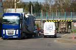 Do pasti podjezdu pod silnicí I/3 se v dubnu 2010 chytil řidič kamionu z kraje Vysočina.