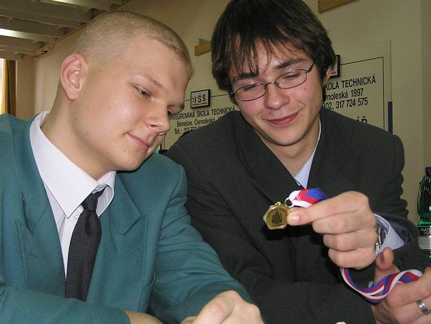Jiří Peroutka (vpravo), žák ISŠT Benešov, je posledním krajským vítězem mezinárodní ekologické soutěže Enersol