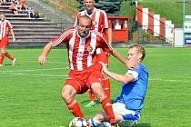 Jan Jícha (na zemi), jediný střelec zápasu, zajel pod nohy třineckému Jouklovi.