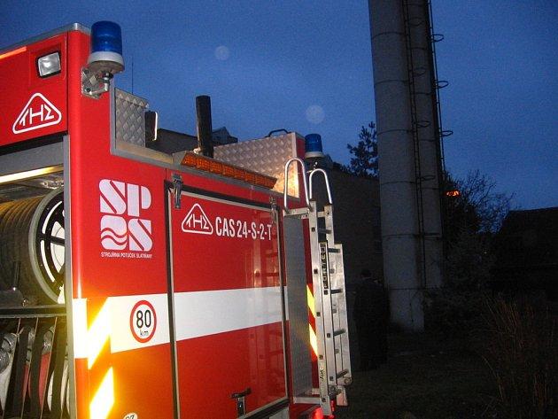 Vyčerpání vody z kotelny se ujali profesionální hasiči