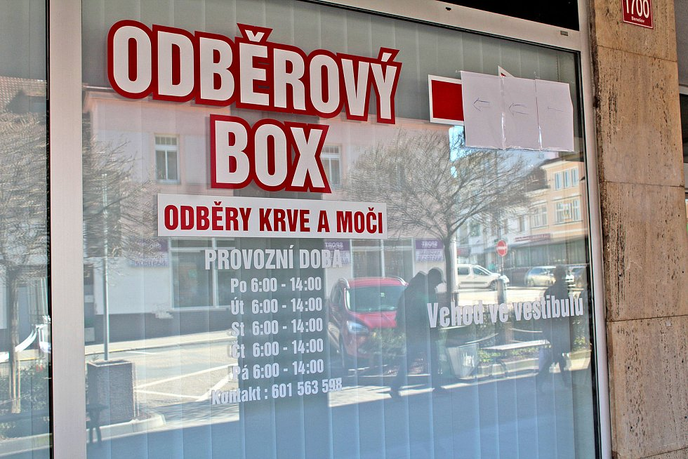 Poliklinika měla být v neděli 15. března pro odběry pacientů kvůli koronaviru otevřena od 6 do 19 hodin. Po poledni však byly její dveře zavřené.