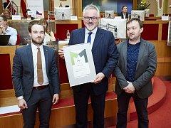 Starosta Petr Hostek přebírá plaketu za 1. místo pro město Benešov společně se šéfem středočeských Deníků Jiřím Mackem.FOTO: Město pro byznys