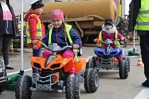 Mobilní hřiště navštívilo obec Ratměřice. Děti si tak mohly vyzkoušet silniční provoz v praxi.