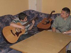 Součástí výuky v Dětském domově se základní školou a školní jídelnou v Načeradci byla třeba i hra na kytaru.