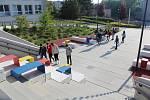 Právě tady 1. září zahájí nový školní rok benešovská ZŠ Dukelská. Snímek ale zachycuje znovuzahájení vyučování 11. května, které se konalo  po dvou měsících přísných hygienických opatření.