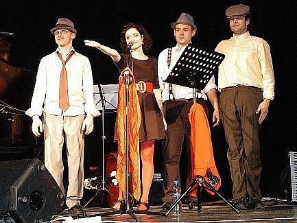 Vystoupení Lucie Šoralové v Benešově doprovodila kapela La Alma.