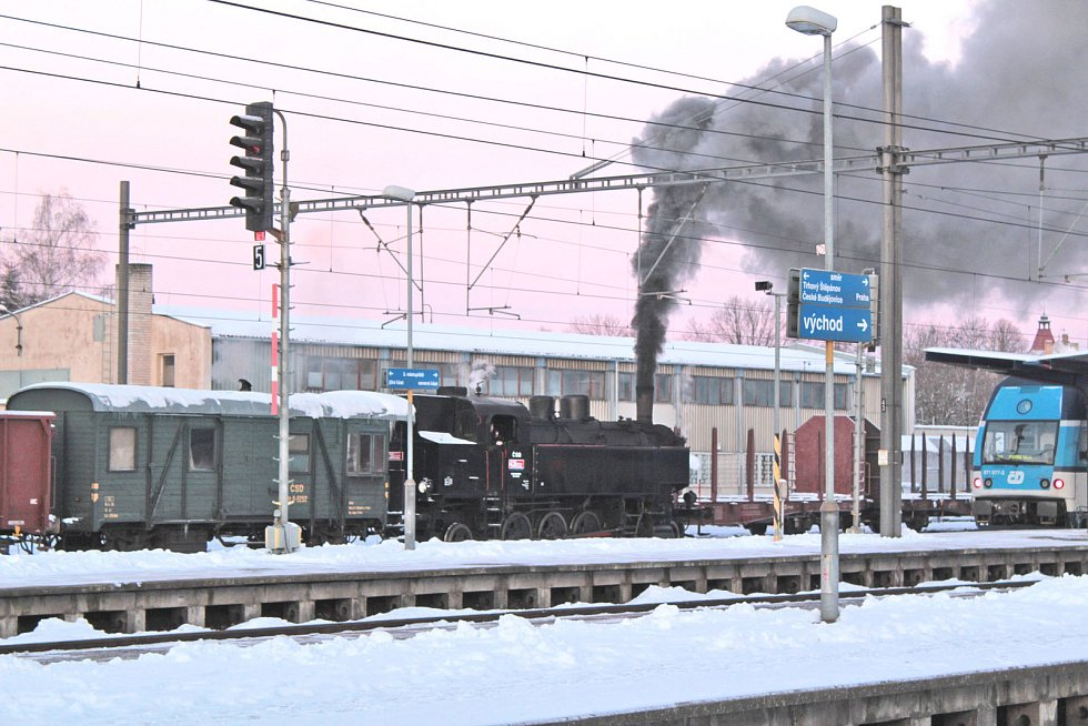 Parní lokomotiva na benešovském nádraží poutala ráno pozornost cestujících v pátek 11. ledna 2019.