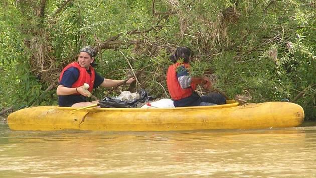 Vodáci odpadky z břehů sbírají při akci Čistá řeka  do lodí