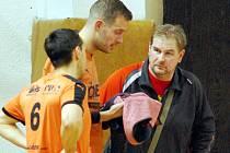 Trenér nohejbalistů benešovského Šacungu Stanislav Voltr (vpravo) byl rád, že se mu hlavně zkušení svěřenci postupně uzdravili a tak mohli všichni slavit záchranu.