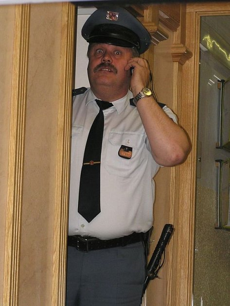 Do budovy benešovského soudu přivezla Slováka policie, ven vyšel volný