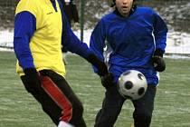 Benešovský Havlíček (ve žlutém) s hradišťským Smíškem hypnotizovali míč.