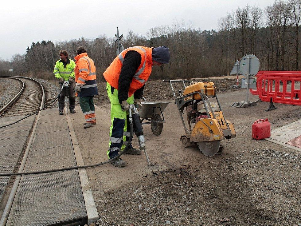 Z přípravy nájezdových ploch pro pokládku nového asfaltu na železničním přejezdu u zastávky Pecerady.