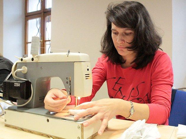 První akce s názvem Recyklošití v Pyšelích. U šicího stroje Kateřina Bartošová.