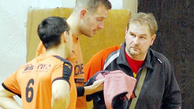 Trenér prvního družstva Šacungu Stanislav Voltr při koučinku svých svěřenců.