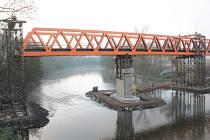 Stavba železničního mostu v Týnci nad Sázavou 12. listopadu.