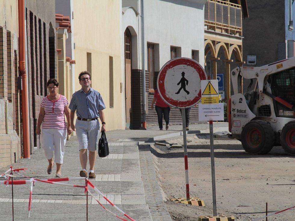 Rekonstruovaná a přestavěná votická Táborská ulice začne znovu sloužit motoristům na konci října 2018.