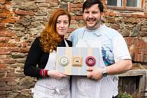 David s Lucií našli prázdné místo na trhu. Ručně vyrábí porcelánové vypínače a zásuvky.