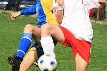 V okresním derby starších žáků si čerčanský Patrik Řezníček (v bílém) zpracovával míč před Ondřejem Poskočilem z Votic