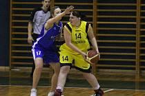 Víkend zastihl benešovské ženy v herní pohodě. V duelu s basketbalistkami BC Slaný zvítězili domácí o 12 bodů. Na snímku hostující Helena Kindlová brání v rozehrávce Ivě Králíkové