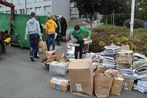 Bleskový sběr papíru v Základní škole Dukelská v Benešově.
