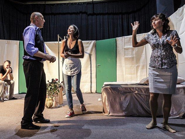 Vlašimští ochotníci nastudovali hru Dokonalá svatba.
