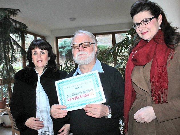 Ředitel benešovského Domova seniorů ve Villaniho ulici Jaroslav Duras v pátek 5. února obdržel šek na společenské a kulturní akce pro klienty.