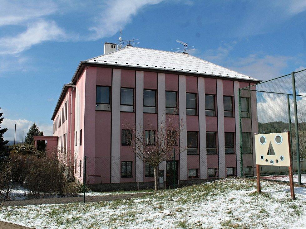Základní škola v Krhanicích.