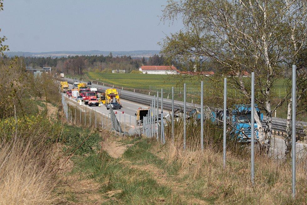 Z nehody kamionu u exitu 66 na dálnici D1 v sobotu 18. dubna 2020.