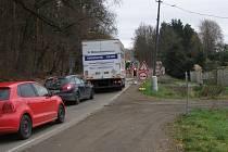 Řidiči, kteří nechtějí v dopravních špičkách čekat na výpadovce v koloně, omezení objíždí směrem na Vlašim přes Skalici, Pecínov a Budkov.