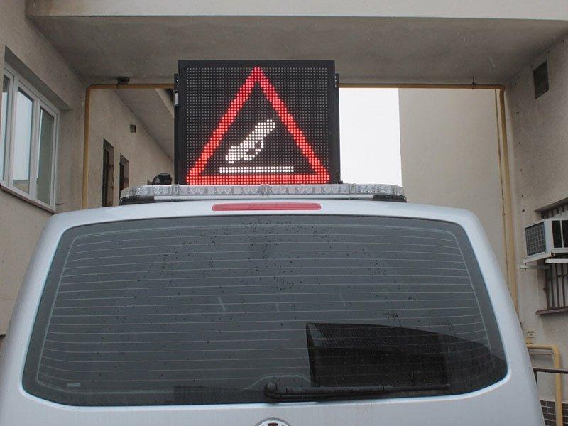 Rampa na střeše policejní dodávky má proměnlivé znaky.