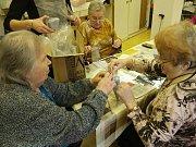 Na Adventním jarmarku benešovští senioři nabídnou vlastnoručně vyrobené produkty.