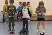 Ze závodů s autíčky na dálkové ovládání v mateřské škole MiniSvět v Mrači.
