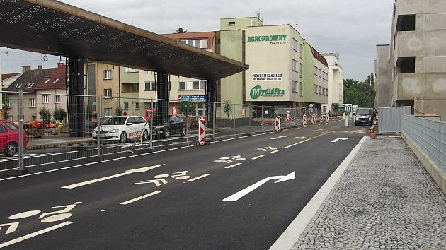 Nádražní ulice v Benešově, jehož dominantami se stávají nový parkovací dům a dopravní terminál.